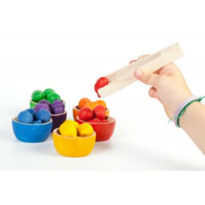 juguetes y juegos para ayudar a aprender a leer y escribir, cuencos y bellotas con pinza