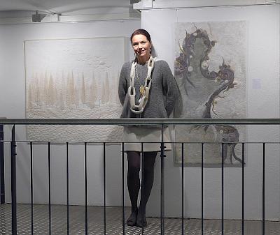 Jacqueline Heinz während der Vernissage ihrer Ausstellung in München