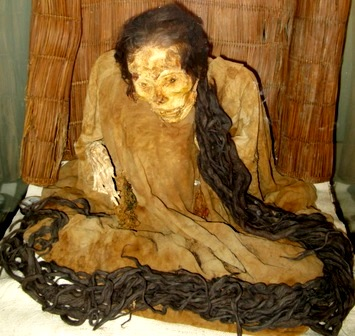 Foto de la momia de Huallamarca con cabello muy largo