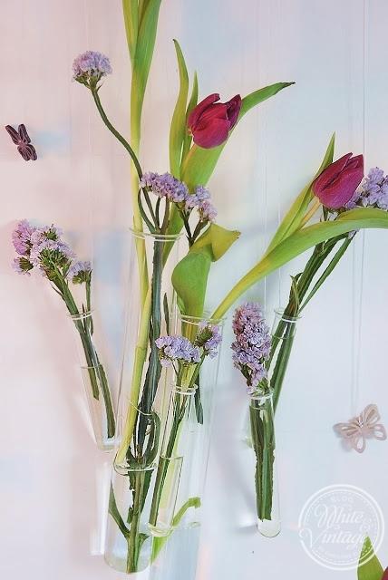 Frühlingshafte Wanddekoration aus Tulpen und Reagenzgläsern selber machen.