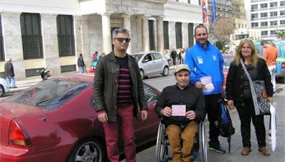 Μέλη της ομάδας Μ.Ε.Σ.Α. (από αριστερά Σοφοκλής Αλέπης, Γιώργος Χρηστάκης, Πολυχρόνης Πολίτσης, Ελένη Χαλβαδάκη) έξω από το Δημαρχείο της Αθήνας μετά από τη δράση που πραγματοποίησαν