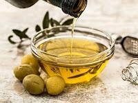 13 Manfaat Minyak Zaitun Untuk Wajah & Kulit Tubuh (Serta Efek Sampingnya)