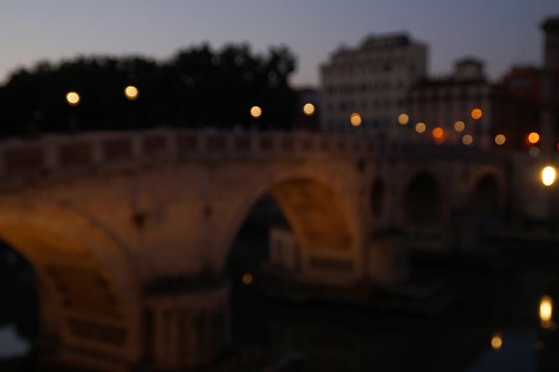 Sommerabend in Rom Brücke Tiber Nacht Laternen Lichter Bokeh
