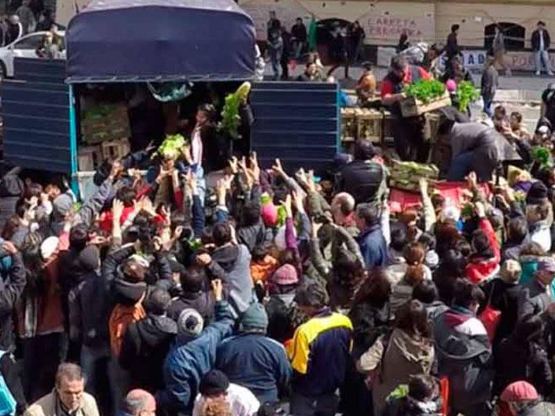 Productores argentinos regalan verduras en jornada de protesta