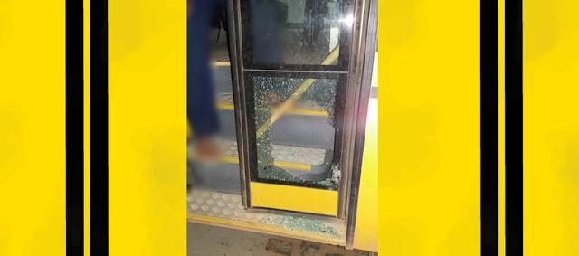 Em tentativa de assalto, bandidos atiram em ônibus escolar de Jaçanã