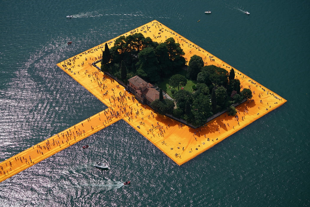 06-Christo-and-Jeanne-Claude-The-Floating-Piers-Walkways-on-Lake-Iseo-Italy-www-designstack-co