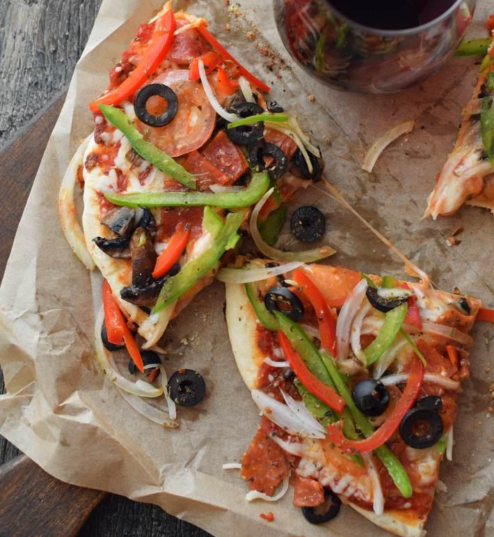 Pizza rápida sin levadura y sin horno; la masa es suave en la base y suave en el interior