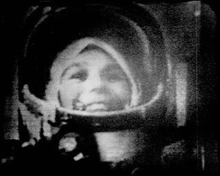 La cosmonauta Tereshkova sul sistema di ricezione video.