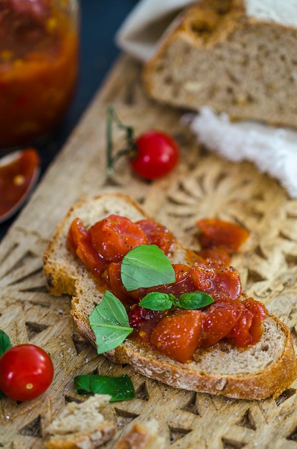 mediterrane Brotzeit mit Tomaten Marmelade