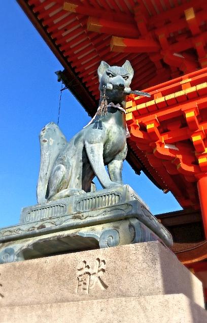 人文研究見聞録:伏見稲荷大社の鍵をくわえた狐