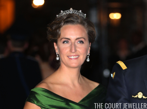 She Also Paired The Tiara With A Green Dress And As Usual Her Diamond Pearl Wedding Earrings For Of Husband S Cousin