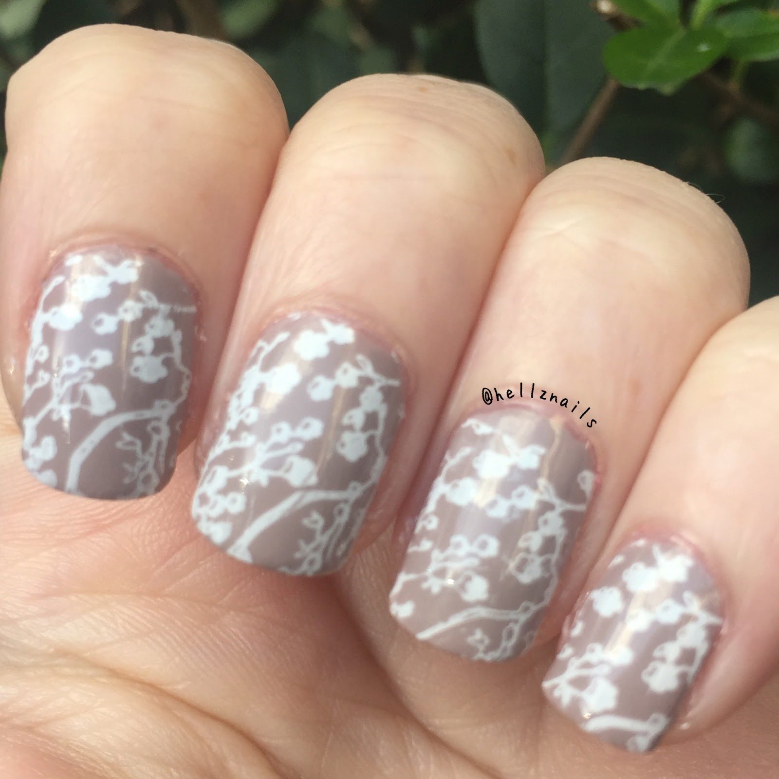 Delicate print nail art : 31 day nail challenge day 15 - Hellz nails