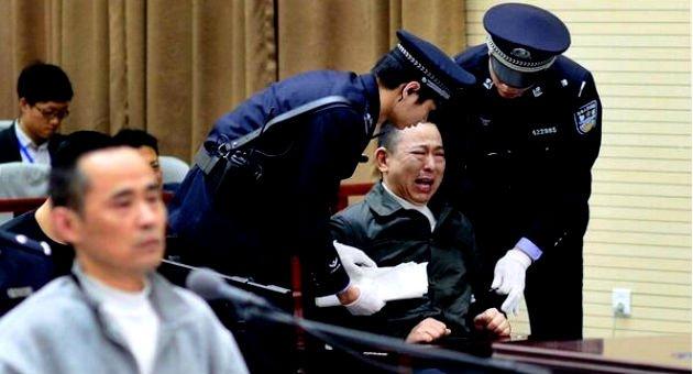En China aprueban pena de muerte para los políticos corruptos, que se roban los apoyos de víctimas en casos de TERREMOTOS y DESASTRES NATURALES, en México no lo hacen, porque de aprobarse, los mismos políticos se estarían poniendo la soga al cuello.