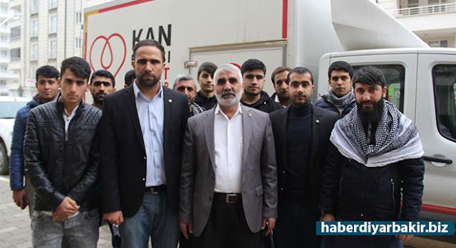 DİYARBAKIR-Kızılay Genel Başkanı Kerem Kınık'ın, sosyal medya üzerinden kan stoklarının azaldığını duyurması üzerine kan verme kampanyası başlatan HÜDA PAR kan bağışına devam ediyor.