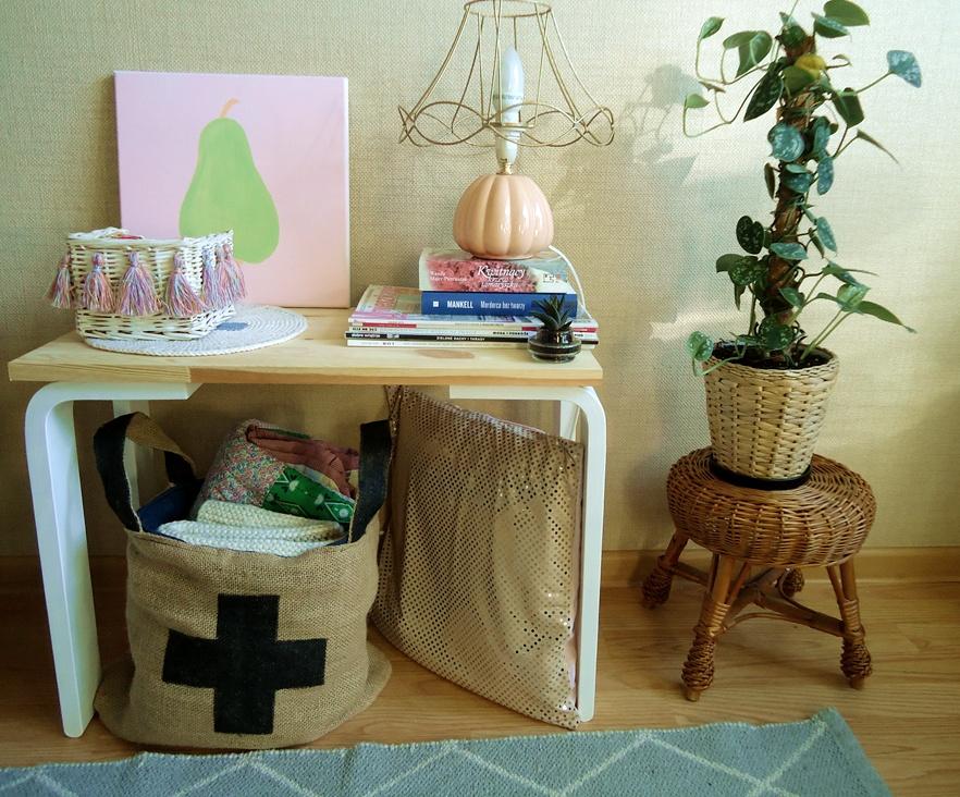 złota poduszka, pomysłowy stoliczek, lampka retro