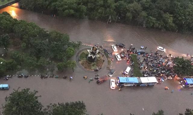 Ahok Tantang Hujan Lebat, Setelah Itu Djarot Pun Kaget Karena Semua Perumahan Elit Terendam Banjir
