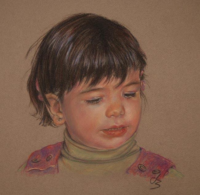 Retrato de una niña con pelo corto mirando abajo