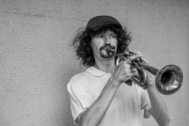 Músico de rua tocando trompete