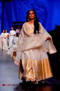 Actress Tabu Walk on Ramp for Gaurang Shah at Lakme Fashion Week  0012.jpg
