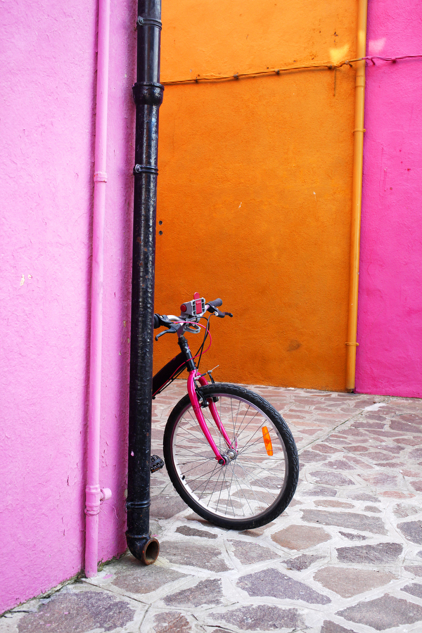 A bike among the colourful walls of the houses on the island of Burano, photographer - Katie Currid of Freckle & Fair