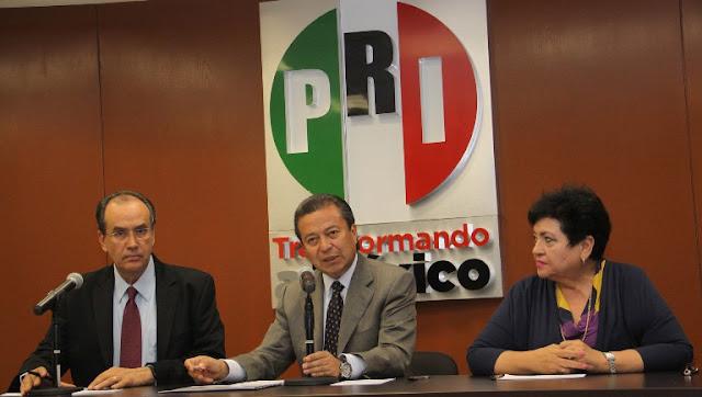 """Diputados del PRI proponen multa y """"torito"""" a quien cruce la calle usando el celular."""