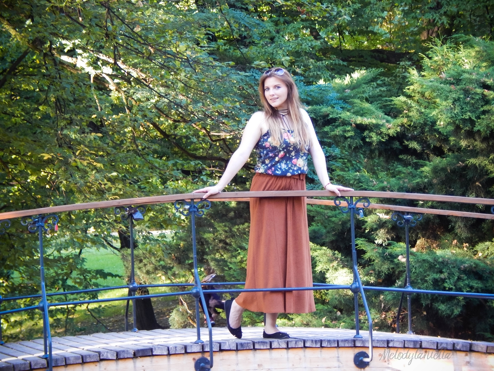 ruda spodnica mamy kolorowy top river islands czarna torebka manzana lookbook na jesien stylizacja stylizacja na jesien