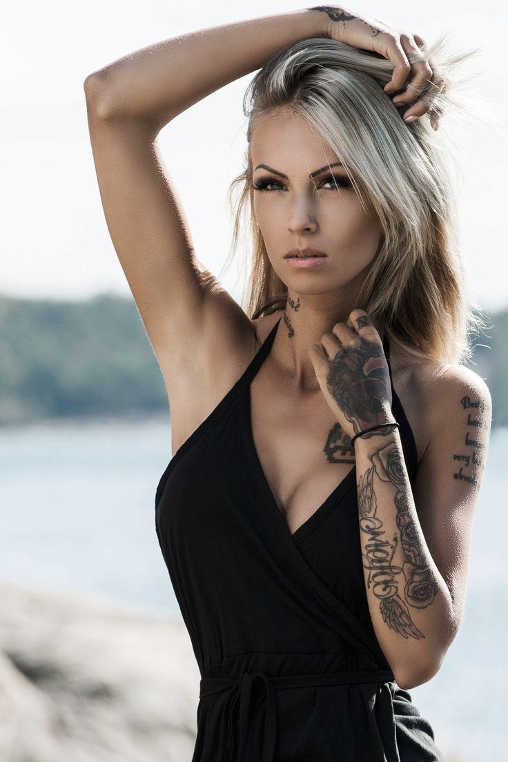Imagen de una mujer rubia posando con tatuajes para el 2018