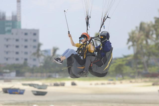 Enjoy the paragliding in Da Nang 2