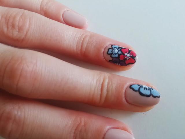 laker, lakier do paznokci, lakier hybrydowy, semilac, stylizacja paznokci, zdobienie, paznokci, pisakami, flamastrami, kwiaty, malowanie ręczne