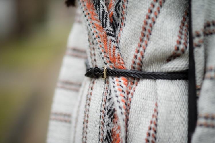 Pleciony pasek boho płaszcz etniczny wzór azteckie wzory blogerka