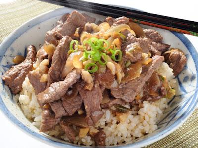 لحم الضأن مع الحمص وأرز اللوز