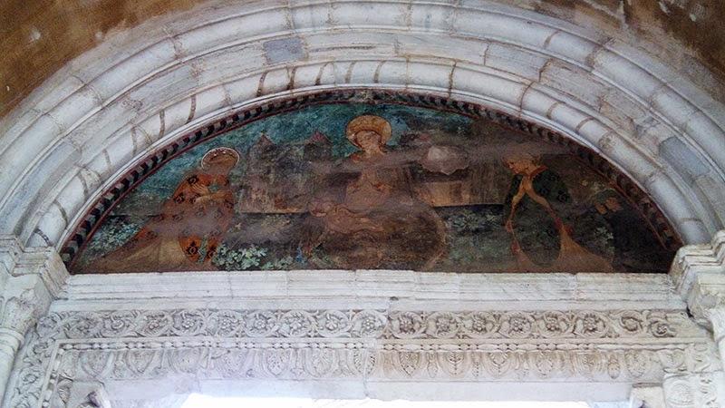 Lunetta da entrada da Abadia de Farfa, com guia em português