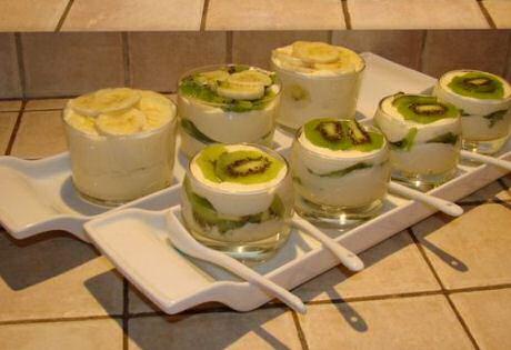Tiramisu maken in glaasjes met zelf gebakken lange vingers, afgewerkt met kiwi en banaan