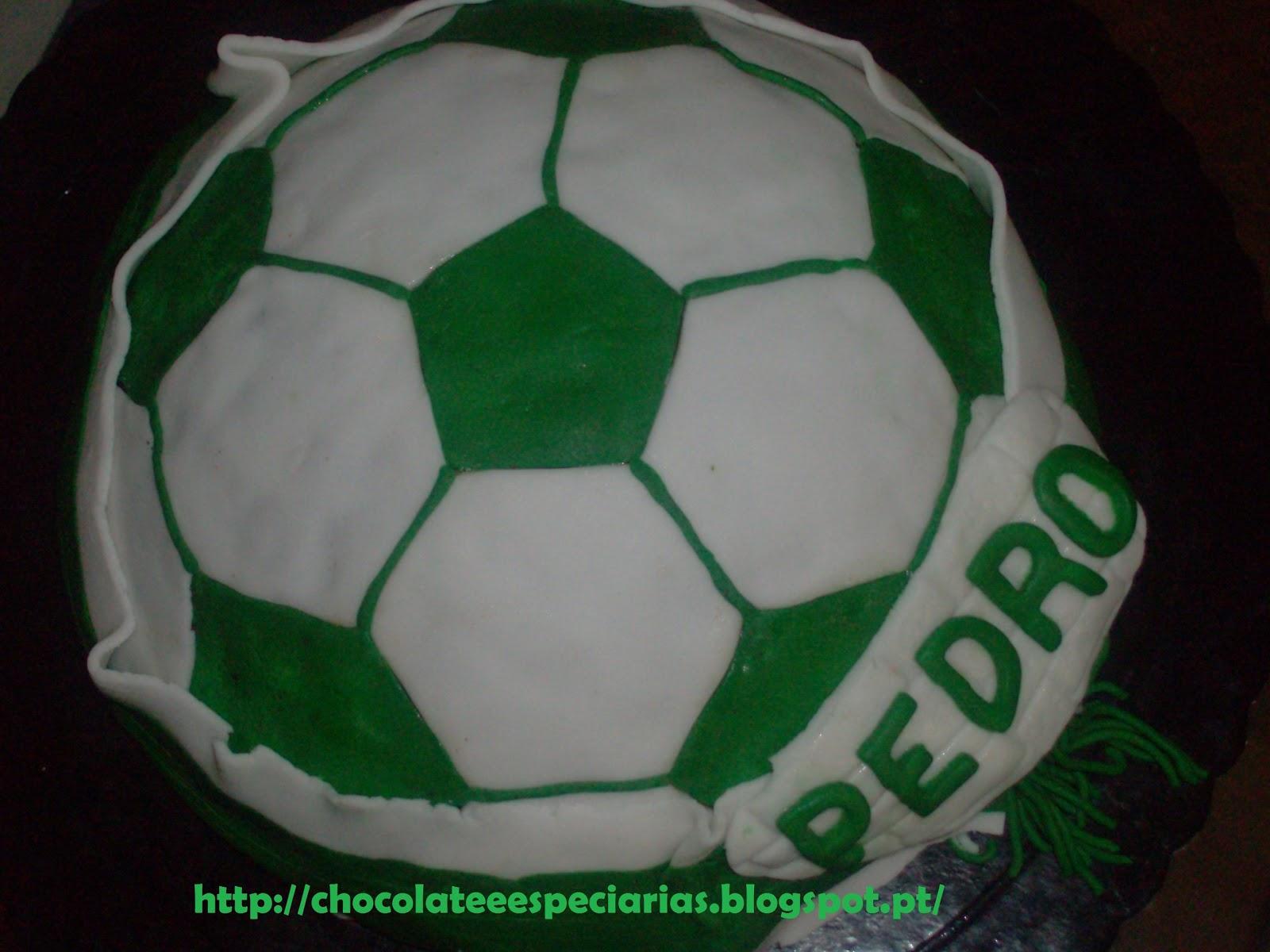 76110e2f95725 A mãe do Pedro resolveu fazer-lhe uma surpresa e pediu-me para fazer um bolo  bola de futebol. Como o Pedro é do Sporting e adora chocolate