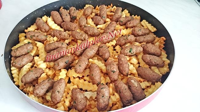 Patateslerin üzerine köfteleri yerleştirin