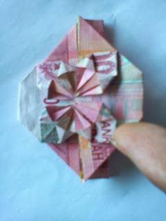 Gambar uang berbentuk love motif bunga