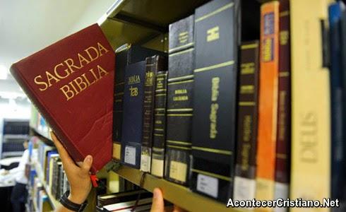La Biblia en una biblioteca
