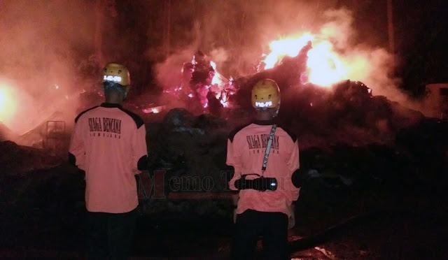 Kondisi api saat melalap pabrik dupa