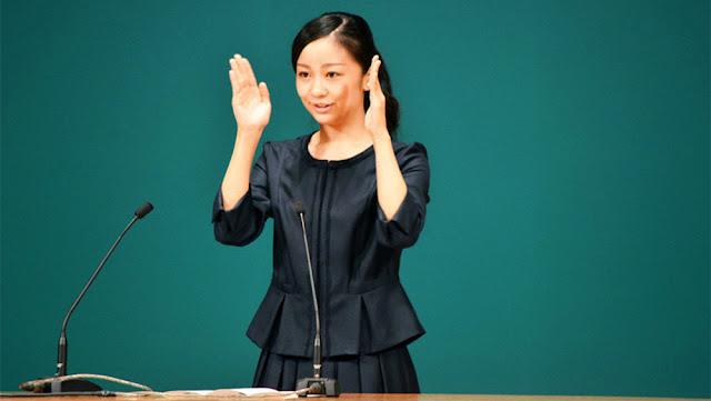 La princesa Kako durante una intervención en lengua de signos