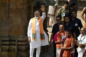 modi-pray-in-lingraj-temple