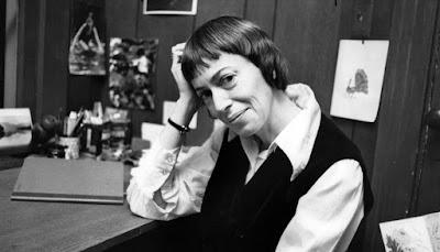 Fotografía de Ursula K. Le Guin, apoyada en su escritorio.