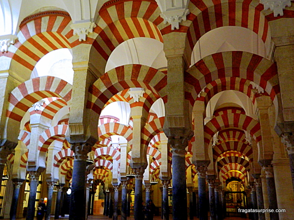 Sucessão de arcos e colunas no interior da Mesquita de Córdoba