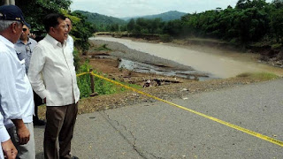 Wakil Presiden Jusuf Kalla saat meninjau lokasi bencana di Sulawesi Selatan./Foto: Detikcom