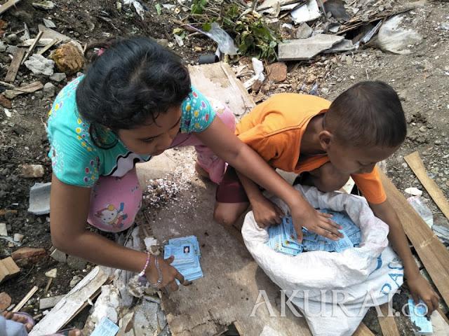Nah! Warga Temukan Satu Karung e-KTP, Dimainkan Anak-Anak Layaknya Kartu Remi