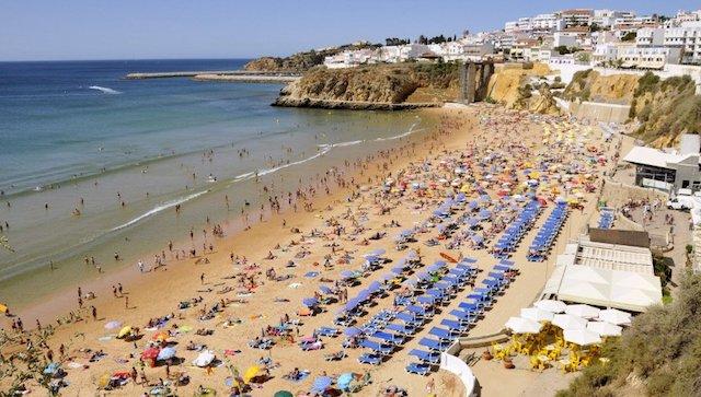 Praia cheia na alta temporada no Algarve