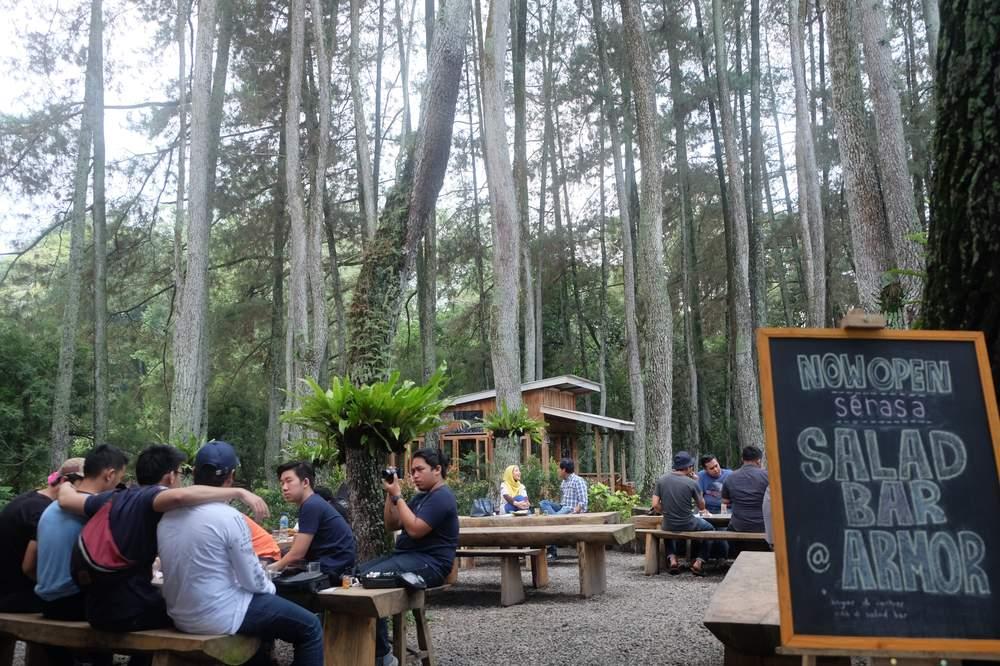 Cuaca Bandung Emang Cocok Banget Untuk Bikin Cafe Outdoor Gini Sensasinya Beda Ngopi Dikelilingi Pohon2 Di Seblahnya Ada Danau Pulak