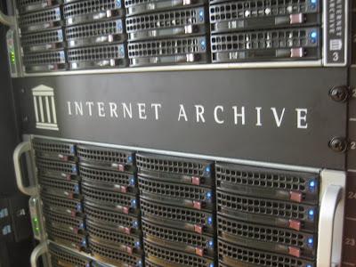 """Foto de um servidor de internet com a inscrição """"Internet Archive"""""""