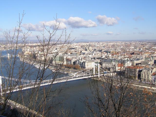 vedere asupra Pesta de pe dealul din partea orasului Buda