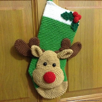 Вязаный рождественский носок на камин