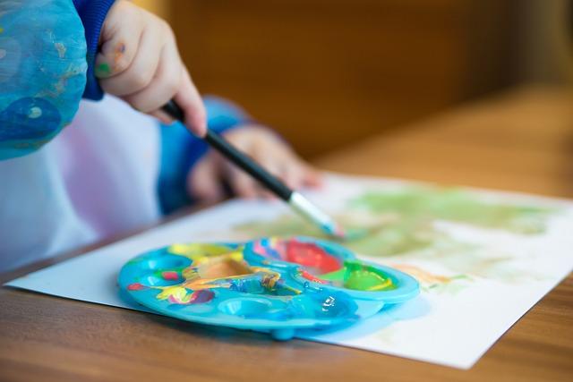 Kind malt in der Kita